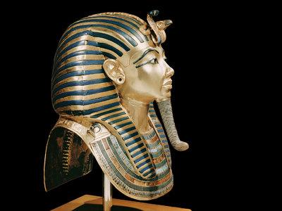 Приклеивая отвалившуюся бороду, музейщики залили маску Тутанхамона клеем