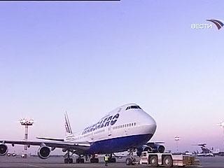 """В Гоа лайнер авиакомпании """"Иберия"""" А-330 при маненврировании задел своим крылом стоявший """"Боинг-747 400"""" российской авиакомпании """"Трансаэро""""."""