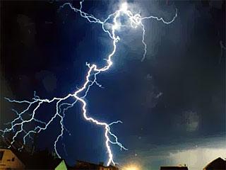 Ураган в Ярославской области привел к отключению света во многих районах.