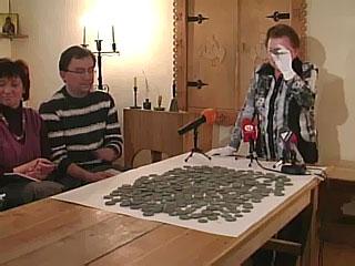 В найденном сундуке хранились 310 медных монет общим весом пятнадцать килограммов