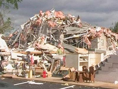 Центральные штаты США серьезно пострадали из-за обрушившихся торнадо.