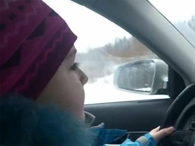 Родители учат 8-летнюю девочку экстремальному вождению. Видео. В