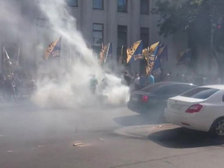 Дымно и шумно: Раду осадили националисты и недовольные медицинской реформой