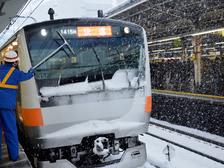 В Японии пассажирский поезд оказался в снежной западне