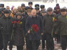 """Путин возложил цветы к """"Рубежному камню"""""""