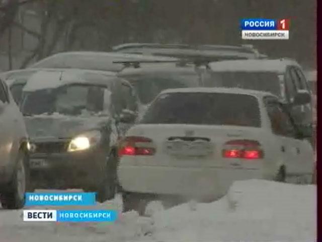 В Новосибирской области снегопад парализовал движение на  дорогах